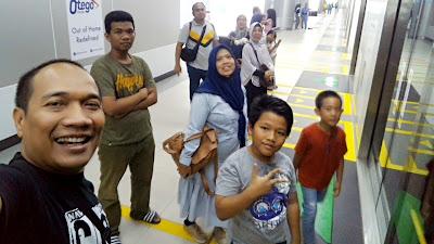 Selalu ikuti aturan MRT Jakarta, berdiri di belakang garis, dahulukan yang keluar
