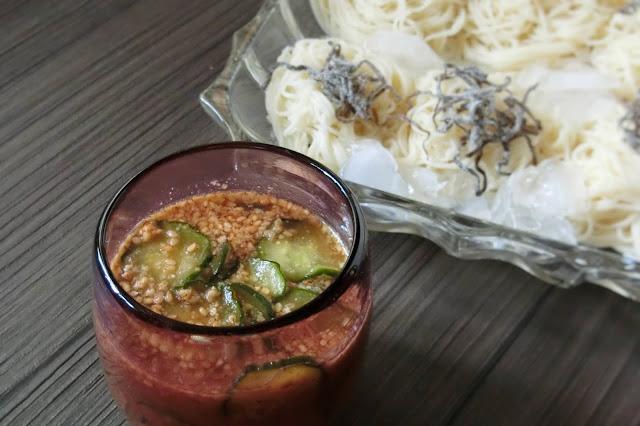 そうめんを皿に盛り付け、塩昆布を散らし、冷やしておいた冷や汁を人数分にわけたらつけて食べます。