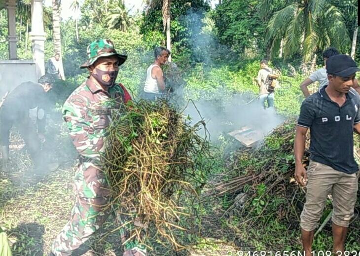 Babinsa Desa Cemaga Utara Bersama Warga Gotong Royong Membersihkan Lingkungan Surau Baru Tanjung Karang