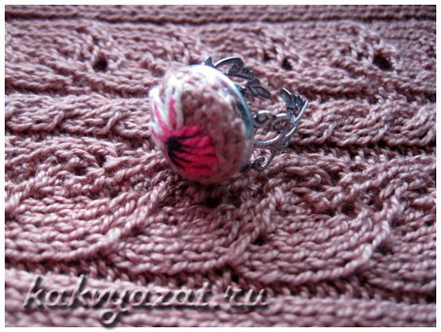 Авторская модель вязаного кольца, крупный план