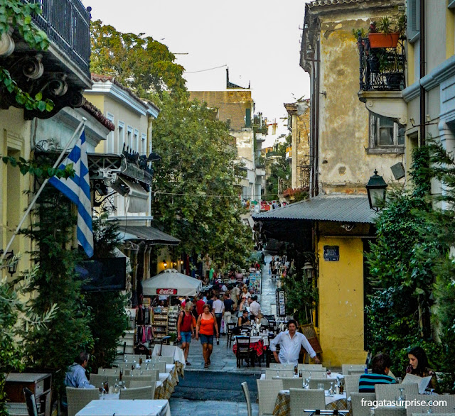 Restaurantes com mesas ao ar livre no bairro de Pláka, Atenas