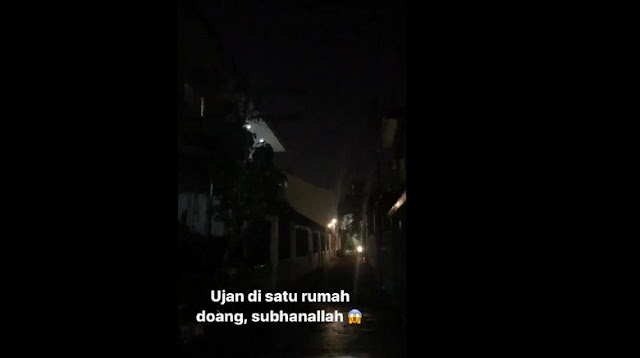 Seorang warga merekam bencana di Tebet Berita Terhangat Mengherankan, 'Hujan' Ini Cuma Guyur 1 Rumah di Tebet