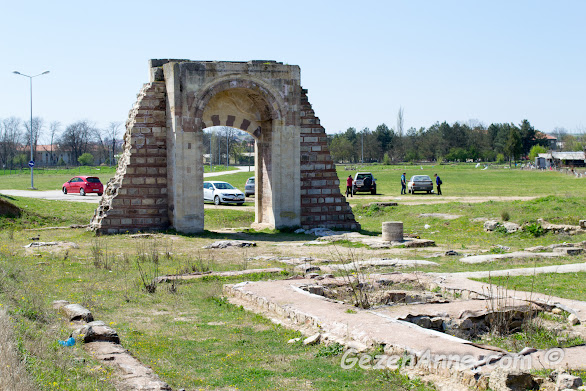 Sarayiçindeki Yeni Saray'ın (Saray-ı Cedid-i Amire) ayakta kalmış kapısı ve yıkıntıları, Edirne