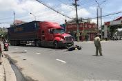 Bình Dương: Container tông rồi kéo lê xe máy, một phụ nữ bị cán qua người