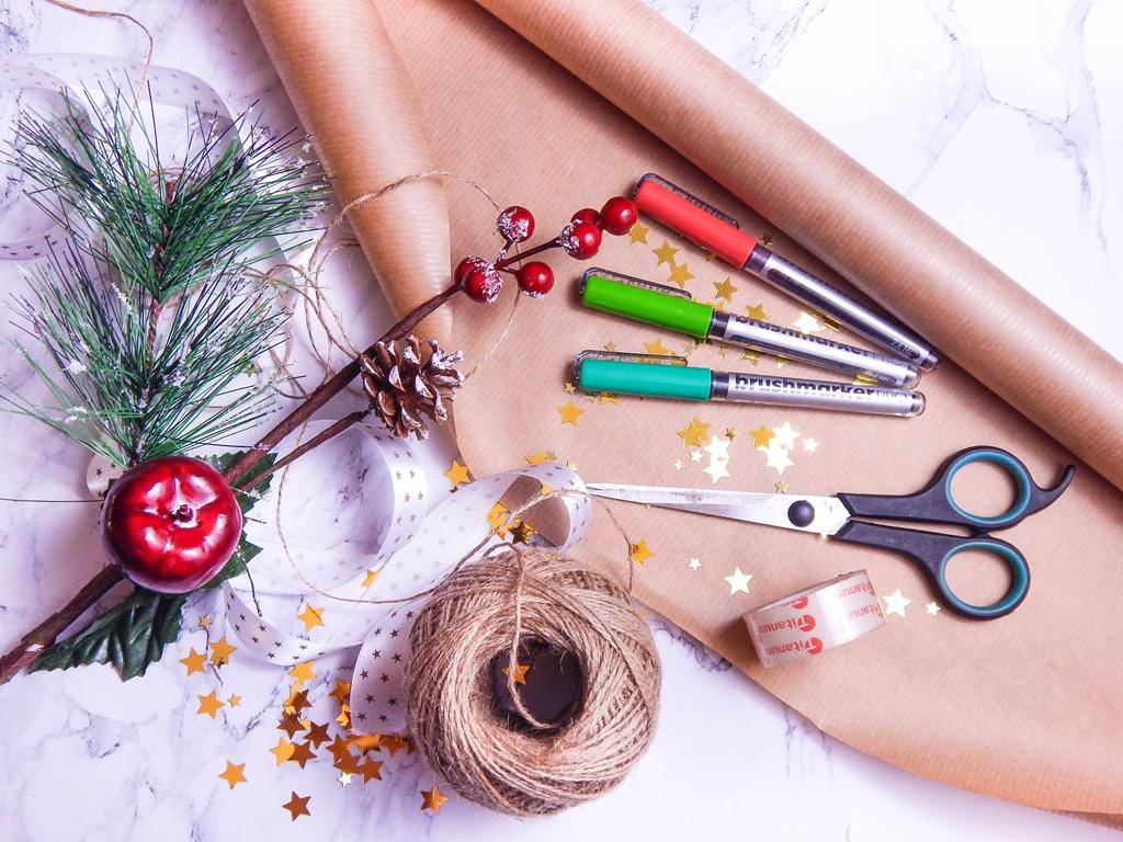 1 jak zapakować prezenty świąteczne w papier pakowy pomysły na pakowanie prezentów jak zapakować pudełko w papier pomysły na papier pakowy trzy sposoby na pakowanie prezentów poradnik tutorial jak pakować