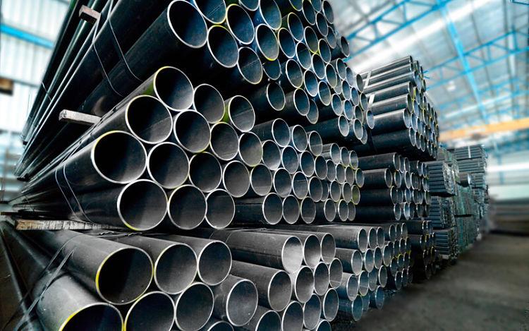 Pila de tubos de acero en un galpón industrial