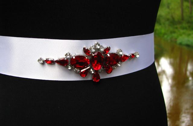 Czerwony pas biżuteryjny na suknię ślubną.