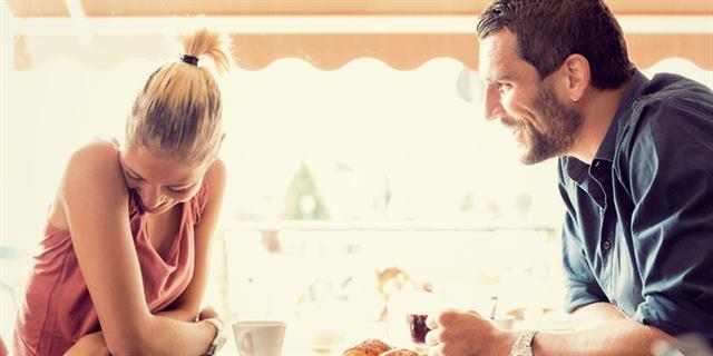 لا يمكن أن يستمع لأي شخص إلا أنتى - لغة الجسد - علامات الحب عند الرجل