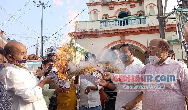 गिद्धौर में चिराग समर्थकों के हाथों राख हुआ पशुपति पारस का पुतला, जाताया आक्रोश