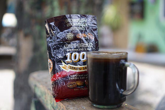 Menyeduh kopi Bengkulu di siang hari