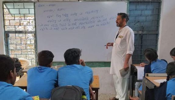 झाड़ू-पोछा करने वाले वासुदेव 23 साल से पढ़ा रहे संस्कृत! - newsonfloor.com
