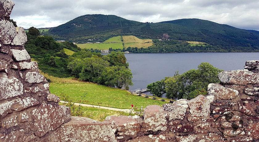 widok na jezioro z zamku