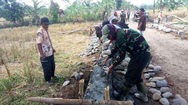 Warga dan TNI Semakin Menjadi Keluarga di Lokasi TMMD Reguler Brebes