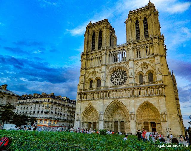O cair da tarde diante da Catedral de Notre Dame, Paris