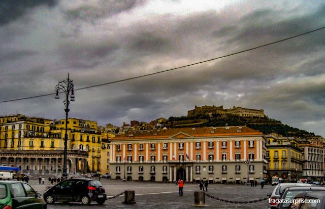 Piazza Plebiscito, em Nápoles, com vista para o Castel Sant'Elmo