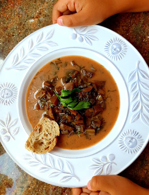 bowinka,zupa grzybowa z botwinką,jak ugotować zupę grzybową, jak ugotować botwinkę, szybka zupa,elegancka zupa,zupy na lato,zupy na jesień,z kuchni do kuchni