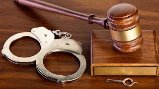 Foram liberados em audiência de custódia! Procedimento em que os acusados são ouvidos pelo juiz, pelo promotor e defensor público! Daí responderão em liberdade!