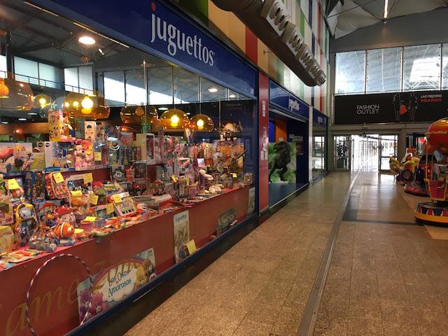 Juguetería en la zona de tiendas de descuento de Megapark