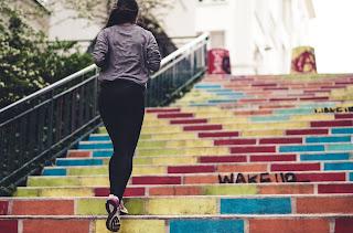 Juoksija portaissa