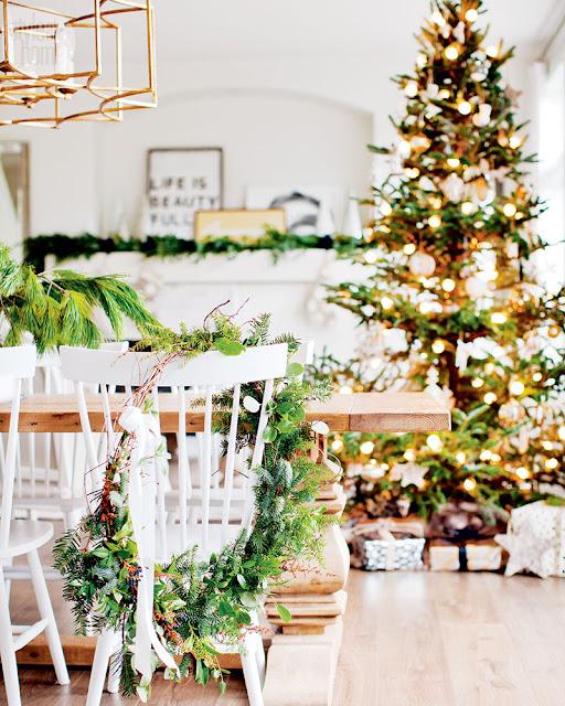 Albul iernii și căldura decorațiunilor natural de Crăciun într-o casă din Canada
