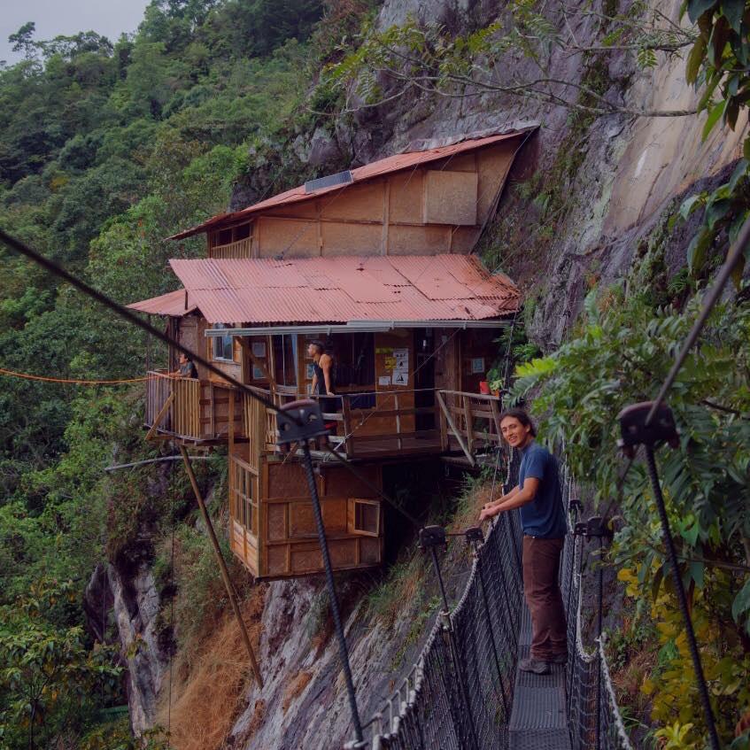 Você passaria uma noite nesta cabana na montanha situada na encosta de um penhasco?