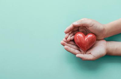 Penyakit aritmia adalah sebuah gangguan yang ditemui pada jantung manusia, sehingga apabila seseorang menderita hal ini, akan memberikan sebuah efek yang tidak baik yaitu akan terganggunya melakukan sebuah aktivitas keseharian dengan baik dan normal.   Maka dari itu penting bagi kita untuk memahami dan mengerti setiap kondisi kesehatan kita dan melakukan pola hidup sehat dengan baik dan teratur. Nah untuk mengetahui lebih lanjut dalam membaca bahasan dari kondisi penyakit aritmia pada jantung manusia, silahkan di simak dan baca dengan yang telah tersaji di bawah ini.     Penyakit Aritmia Pada Jantung Manusia  Aritmia merupakan sebuah kondisi atau gangguan yang ditemukan pada bagian organ jantung pada tubuh manusia. Hal ini mengikibatkan terjadi jantung berdetak terlalu cepat, lambat, maupun tidak teratur. Apabila seseorang mengalami hal ini, aktivitas yang dilakukan dalam keseharian akan terganggu dan merasa kesulitan dalam melakukannya dengan baik dan normal.  Maka dari itu penting untuk mengetahui dan mengenali kondisi ini, agar di dalam keseharian kita melakukan pola hidup sehat dengan sesuai kriteria yang telah di sampaikan tenaga kesehatan kepada setiap masyarakat. Untuk mengetuhi lebih lanjut dalam membaca bahasan dari kondisi ini atau penyakit ini silahkan di simak dan baca dengan sebagai berikut ini :  1. Pengertian Aritmia  Aritmia merupakan masalah pada jantung yang terjadi ketika organ tersebut berdetak terlalu cepat, terlalu lambat, atau tidak teratur. Hal ini disebabkan oleh impuls elektrik yang  berfungsi mengatur detak jantung tidak bekerja dengan baik.  2. Jenis-Jenis Aritmia  Ada empat jenis aritmia yang tergolong umum terjadi, di antaranya ialah : a. Bradikardia  Bradikardi adalah suatu kondisi ketika jantung berdetak lebih lambat atau tidak teratur.  b. Takikardia supraventrikular  Takikardia supraventrikular adalah suatu kondisi ketika jantung berdenyut cepa secara tidak normal.  c. Fibrilasi atrium  Fibrilasi atrium adalah suatu kondisi yang ter