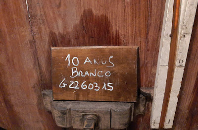 Detalhe de um barril nas caves Poças