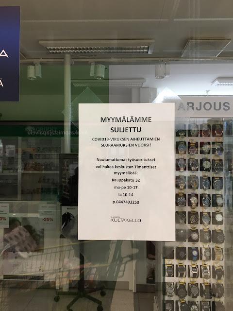 Kuvassa tiedote kultasepänliikkeen ikkunasta, jossa lukee, että myymälä on suljettu covid-19 pandemian vuoksi.
