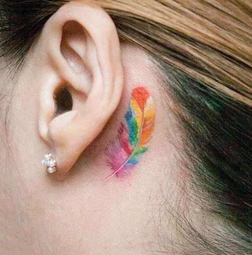 kulak arkası renkli tüy dövmeleri behind ear colorful feather tattoos