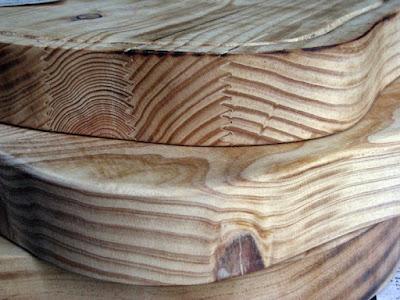 pormenor do desenho das tábuas de cozinhas em madeira