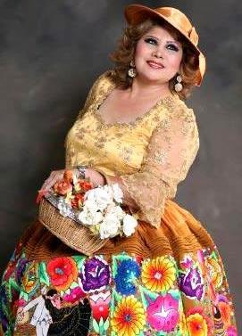 Foto de Amanda Portales posando con flores