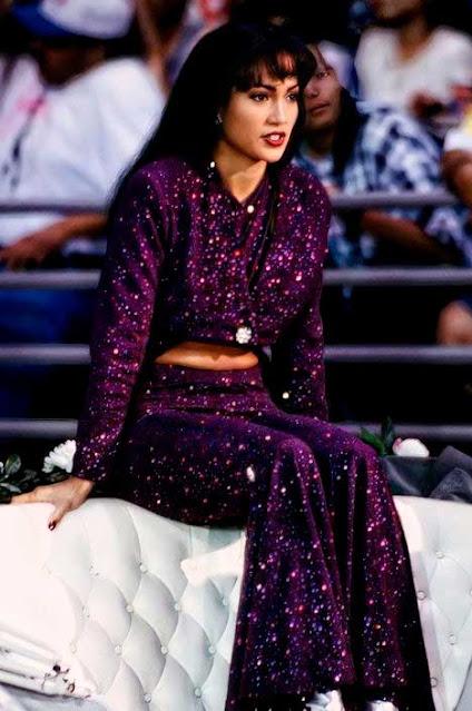 Selena com look roxo no filme