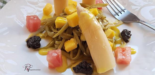 Ensalada de espárragos, judías verdes y vinagreta de mango