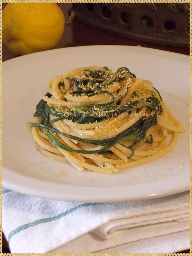 Spaghetti con agretti, limone, acciughe e pangrattato
