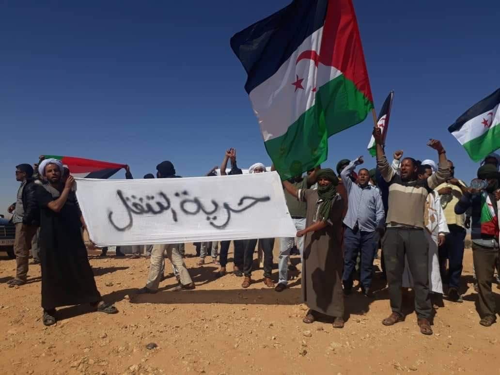 غضبٌ عارم للمُحتٓجزين بتندوف وإحتجاجات تطالب بحُرية التنقل وتقرير مصيرهم بأيديهم