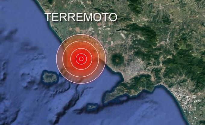 Sciame sismico nell'area flegrea, gente in strada