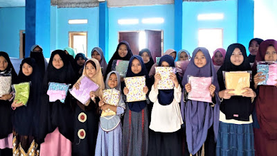 BMH Tebar Mukena untuk Santri Yatim Dhuafa Penghafal Quran