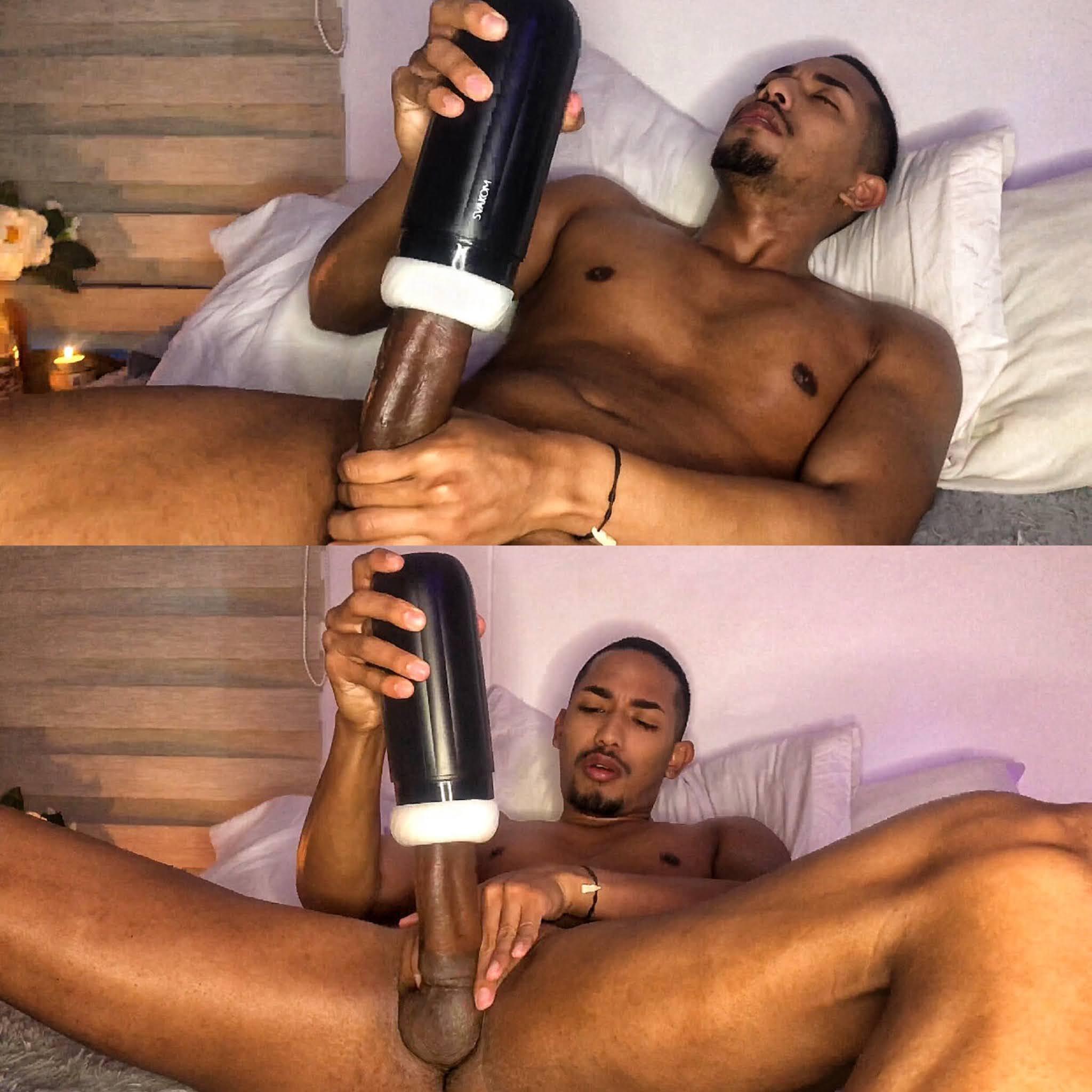 negro jugando con su gran verga