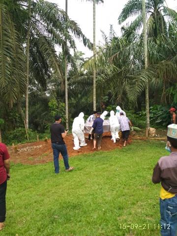 Di TPU Huta Songal Nagori Bahtobu Personel Jajaran Kodim 0207/Simalungun Pemakaman Jenazah Pasien Covid-19