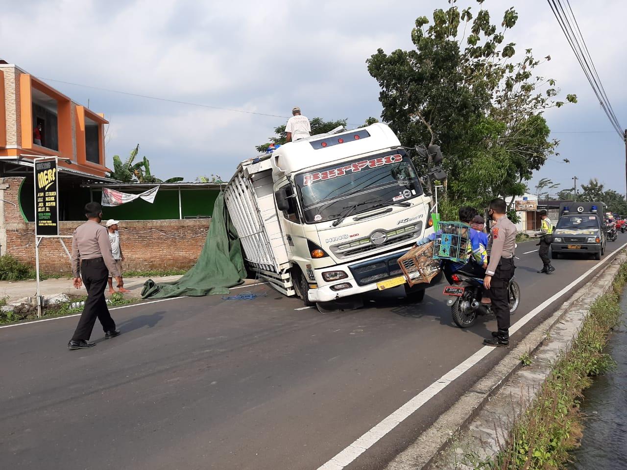 Truk Bermuatan Kayu Terperosok Menutup Jalan di Kutasari