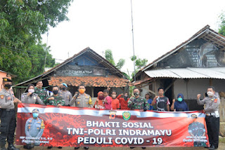 Peduli Covid-19 TNI-POLRI Indramayu lakukan kegiatan Bhakti Sosial bagi-bagikan sembako dan masker kepada masyarakat yang kurang mampu