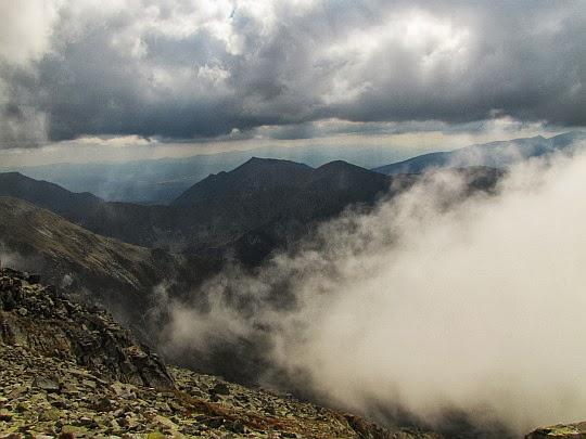 Nad Doliną Walentkową zawisła chmura.