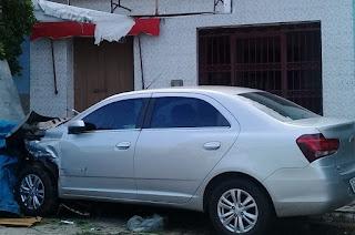 Em alta velocidade, motorista perde controle de carro e sofre acidente no interior da PB