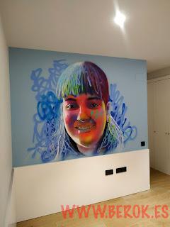 Graffiti retrato de cara de niña en dormitorio