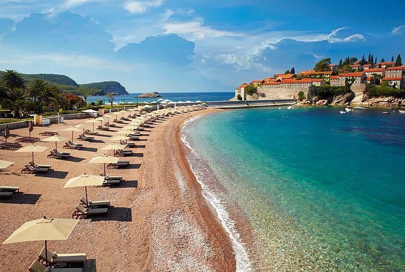 Картинки по запросу На пляжах Черногории лежаки и зонты станут бесплатными по вечерам