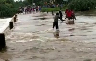 नदी के तेज बहाव में बहे पिता-पुत्र, युवक ने जान पर खेलकर बचाया..