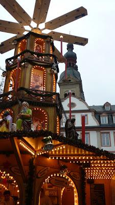 Weihnachtsmarkt mit Pyramide. Weihnachtsmärkte am Rhein
