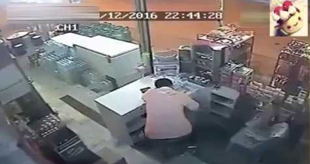 Lelaki Tidur Kat Kedai, Nasib Baik Dia Ada Angkat Kepala Dan Tengok, Kalau Tidak Maut Dah!! CCTV Rakamkan Kejadian Yang Menakutkan!
