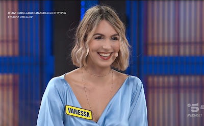 bellissima concorrente bionda Vanessa Covaci avanti un altro 4 maggio