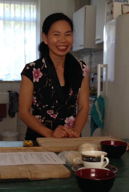 Maggie, de vrouw die de workshop dumplings maken geeft